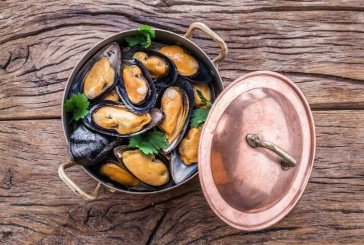boiled-mussels-copper-pan